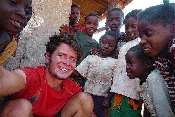 anderswo in akfrike Kinder in Sambia unterstützen mich beim Flicken meines Fahhrads